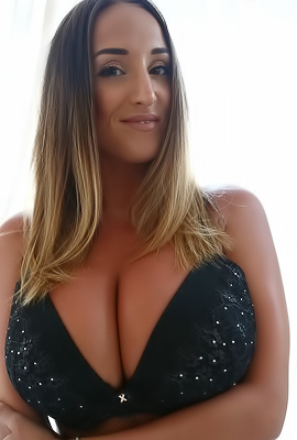Stacey Poole Ready To Show Best Giant Boobs
